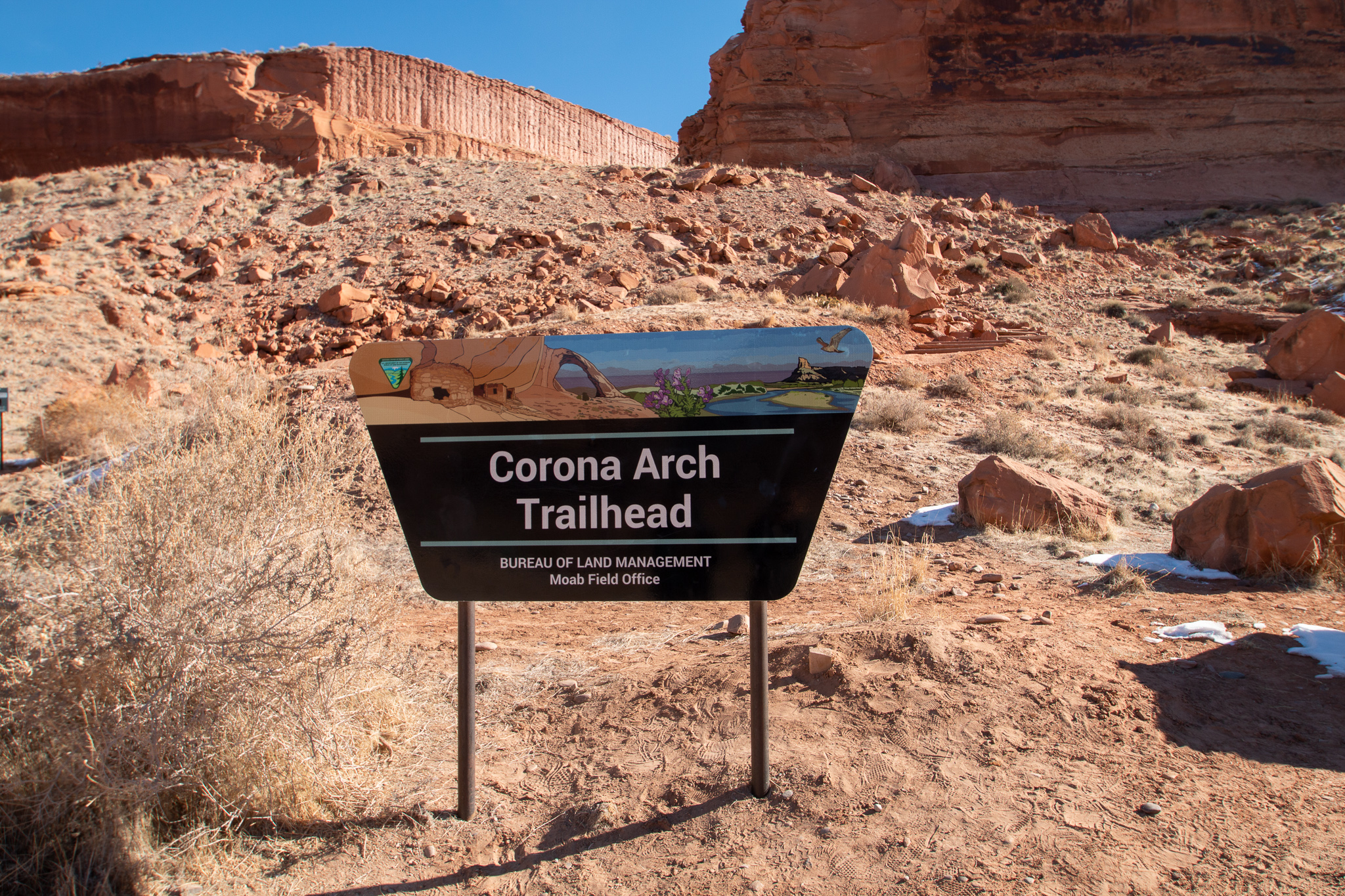 Hiking to Corona Arch